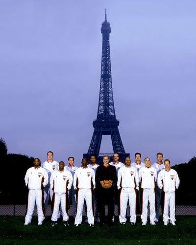 Les Chicago Bulls posant devant la Tour Eiffel lors de leur passage à Paris en 1997.