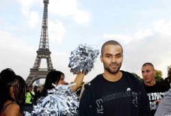 Tony Parker devant la Tour Eiffel à Paris