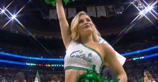 Une cheerleader des Boston Celtics très souriante