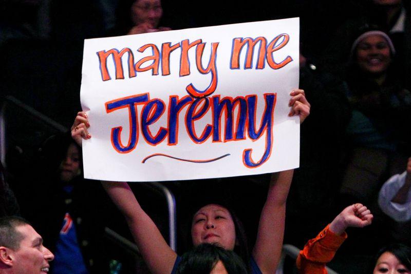 Une fan affichant une pancarte demandant Jeremy Lin en mariage