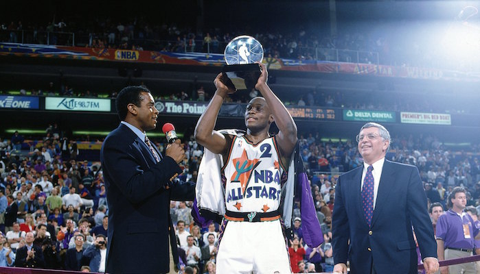 Mitch Richmond soulevant son trophée de MVP du ASG 95
